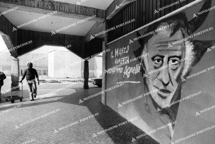 """quartiere Sant'Ambrogio (immagine valutativa Portofolio Mondadori). Nello stesso periodo, sempre alla Barona, in Piazza Miani angolo Via Biella, forse per mano degli stessi """"street painters"""", altri murales simboleggianti la lotta di classe degli anni '70 (in Piazza Miani tali raffigurazioni sopravvissero sino alla metà degli anni '80)."""