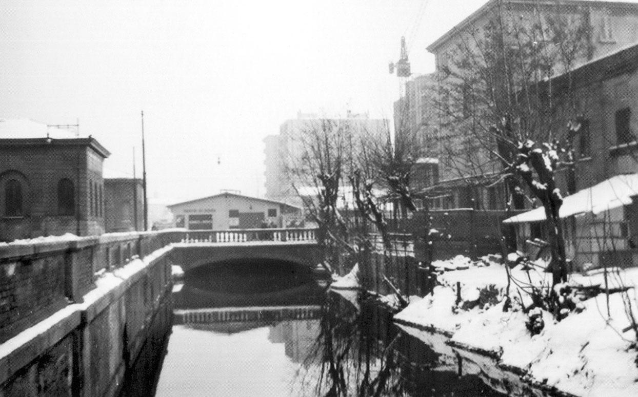 Milano Porta Genova 1925. Piazzale Cantore (ex Dazio) con la vecchia confluenza del canale Olona e Roggia Molina, all'ingresso della Darsena. (da blog.urbanfile.org)