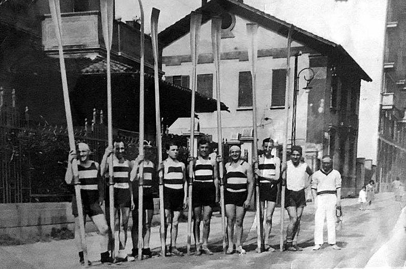 Canottieri Olona 1930 lungo la Ripa di Porta Ticinese del Naviglio Grande alla Barona. (Fonte fotografica wikipedia). In attesa che anche questa immagine venga copiata da alcuni barlafüs della Barona di Facebook... ;)