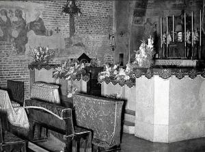 Anni 50/60, interno Chiesa di San Cristoforo. Altare e balaustrone (oggi rimossi) (da Milàn l'era inscì).
