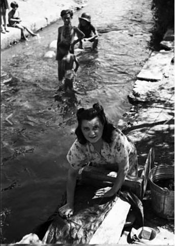 Baia del Re, 1945, lavaggio panni in una roggia. Nel dopoguerra, la penuria dei beni di prima necessità, imponeva l'uso di cenere (come detergente) al posto del sapone di Marsiglia. Le rogge erano purtropo, in quegli anni, oggetto di inquinamento batterico (nei decenni successivi, vennero tombate e/o ridotte a scarichi chimici) in conseguenza della scarsità di servizi igienici nei plessi popolari e per guasti agli acquedotti cittadini in conseguenza dei bombardamenti angloamericani. Ratti e sanguisughe infestavano questi corsi d'acqua anche all'ora...