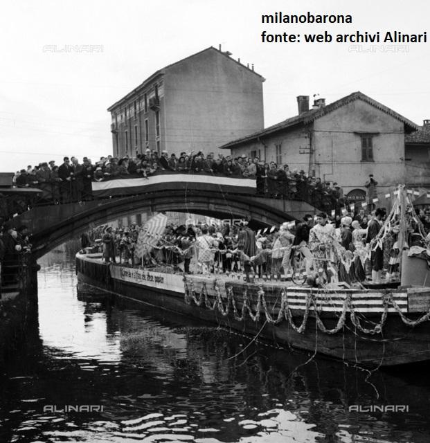 Milano Barona-San Cristoforo nel Febbraio 1958. Silata di barconi per la Festa del Carnevale Ambrosiano lungo il Naviglio Grande. Autore immagine Fedele Toscani. Fonte: Archivi web Alinari.