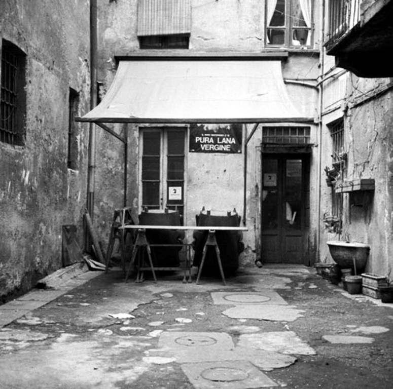 Bottega Materassaio Corso di Porta Ticinese, anni 60. (da flickr.com)