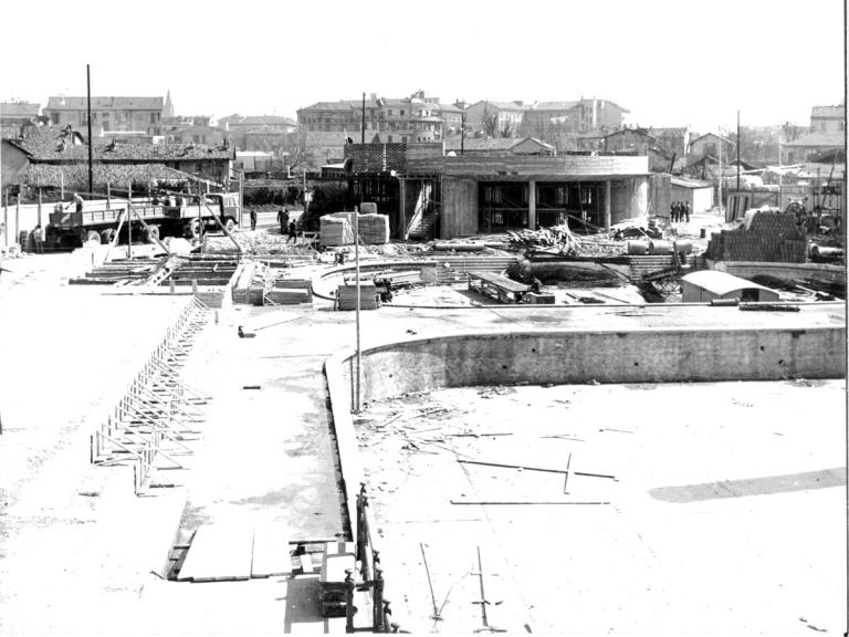 Questa immagine ritrae il cantiere della Piscina Argelati (1956-'62) che andava a sostituire i Bagni Ticino Cascina Argelati, alimentati dalla Roggia Boniforti (i bagni sono visibili nell'immagine sottostante). Non siamo in Barona ma al Ticinese (a circa 800 metri dal rilevato ferroviario di Via Schievano, che ne delimita i confini). L'immagine ha comunque attinenza anche con quella precedente, considerato che i Bagni Ticino erano alimentati dalla Roggia Boniforti ritratta negli anni '30 ed utilizzata come sorgente d'acqua per bagni estivi. Fonte fotografica Lombardia beni culturali.