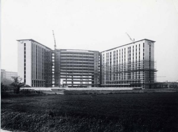 Costruendo plesso ospedaliero Ospedale San Paolo alla Barona, 1971 circa (da Lombardiabeniculturali)