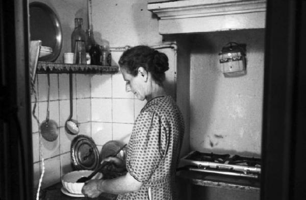 Cucina case popolari quartiere stadera 1945. Simili contesti erano comuni anche nei vicini plessi popolari di Viale Famagosta 2 (anni di costruzione a cavallo tra gli anni '20 e '30).