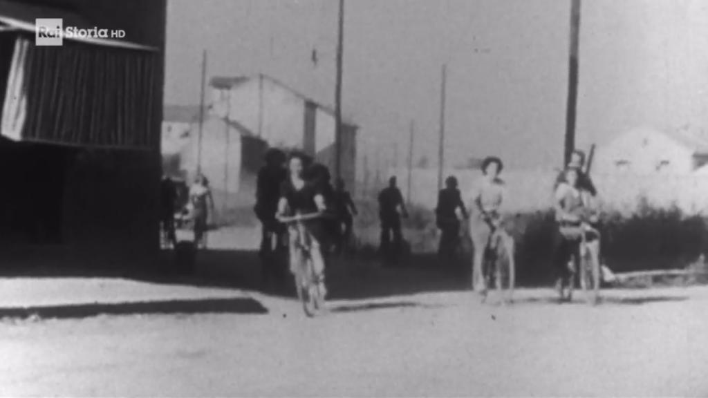 Il documentario ricorrentemente trasmesso da RAI Storia i giorni del 25 Aprile contiene alcune brevi sequenze del quartiere Barona nel periodo bellico. Questa è la Via Barona rispresa dalla Via Salamanca (da RAI Storia).