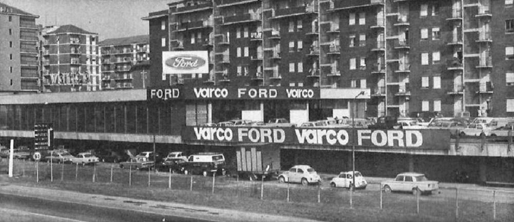 """Milano Barona (seconda metà anni '60). Tratto terminale A7 Milano-Serravalle a poche centinaia di metri da Piazza Maggi (Via del Mare). Il noto concessionario d'auto a ridosso del Bowling (all'epoca uno dei pochissimi a Milano dove si recava a disputare partite anche il figlio di Gino Bramieri a cavallo degli anni '60 e '70. Forse la frequentazione di quel settore della Barona (Quartiere Torretta) attirò l'attenzione verso il Palazzo Coop (Viale Famagosta 75) dove verso la metà degli anni '70 venne allestito uno studio radiofonico (Radio Milano Ticinese... dove di Ticinese non aveva solo il nome di un quartiere di Milano... l'emittente si riceveva anche nel Canton Ticino...). Fonte dell'immagine ? I """"Pensionati Digitali"""" di Skyscrapercity Milano Sparita e un deciso monopolio che essi esercitano da un decennio verso il 90% delle fonti fotografiche poi sfruttate da due pagine fb (anche per fini commerciali e non solo...) riservate a Milano e Barona. Cercando con Google immagini non si trovano fonti alternative ai """"Pensionati Digitali"""" ma nemmeno una fonte originaria di questa immagine, probabilmene scattata quando Viale Famagosta era in ultimazione e non vi era ancora un collegamento diretto tra Via San Vigilio e Piazza Maggi. Che dire... per la storia fotografica di Milano valgono le leggi della Repubblica Italiana. """"Monopoli"""" in conflitto di interessi (soprattutto quando poi ci si rende conto che il 90% delle fonti fotografiche di tale gruppetto di dipendenti o ex dipendenti della """"galassia dipartimentale"""" del Comune di Milano si è visto sfruttare tali immagini da autori Facebook con proposte commerciali a seguito... (io avrei ritirato l'archivio piuttosto che vederlo ridursi ad una specie di carrello della spesa """"on-line"""" ma probabilmente le cose dovevano andare in questo modo come da loro intenzioni e volontà)."""
