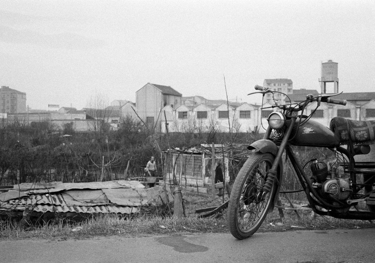1958, Milano Barona, Via Franco Tosi. Aree incolte, utilizzate come orti dai residenti, all'altezza del civico 21 di Via Franco Tosi, dove poco meno di 20 anni dopo venne costruita la Scuola Media Antonio Gramsci (archivio Virgilio Carnisio).