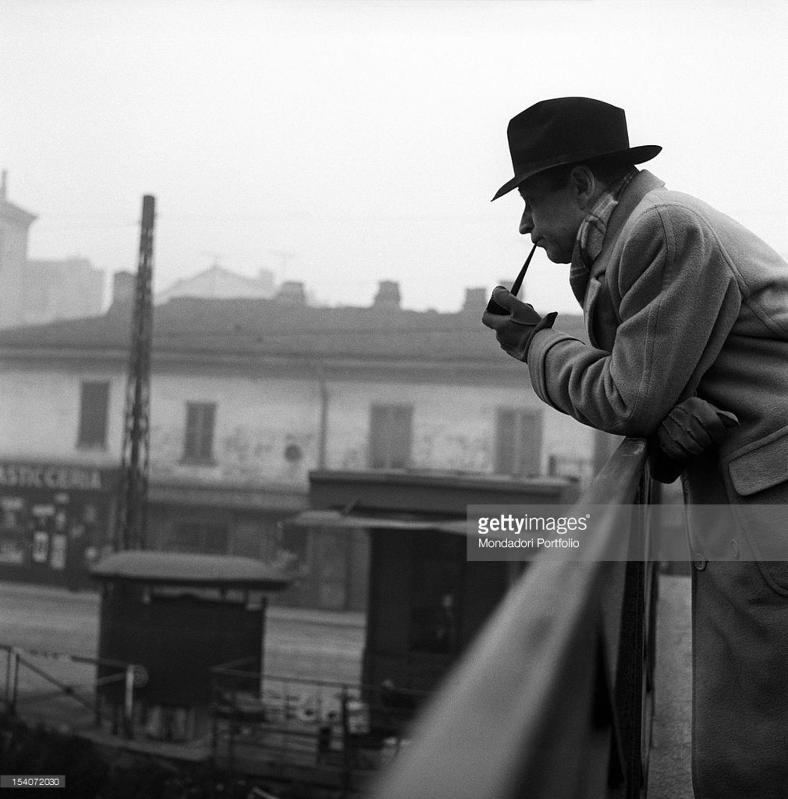 Milano Barona George Simenon sul Ponte di San Cristoforo, anni '50 (da Mondadori Portfolio)
