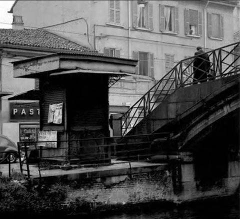 Edicola Giornalaio e ponte di San Cristoforo sul Naviglio Grande, anni '70