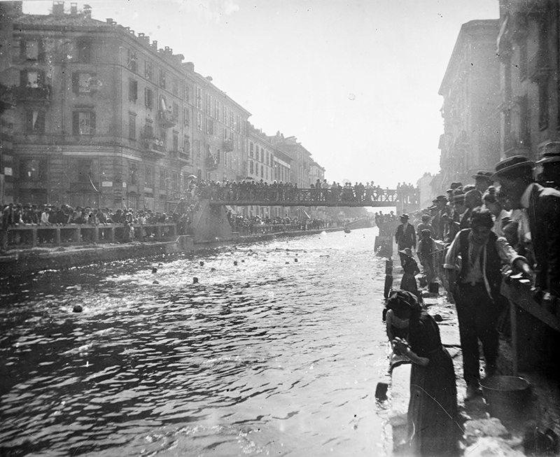 Naviglio Grande, Ripa di Porta Ticinese-Alzaia Naviglio Grande. Tornei di nuoto, primi anni del 1900. (Giueppe Pessina)