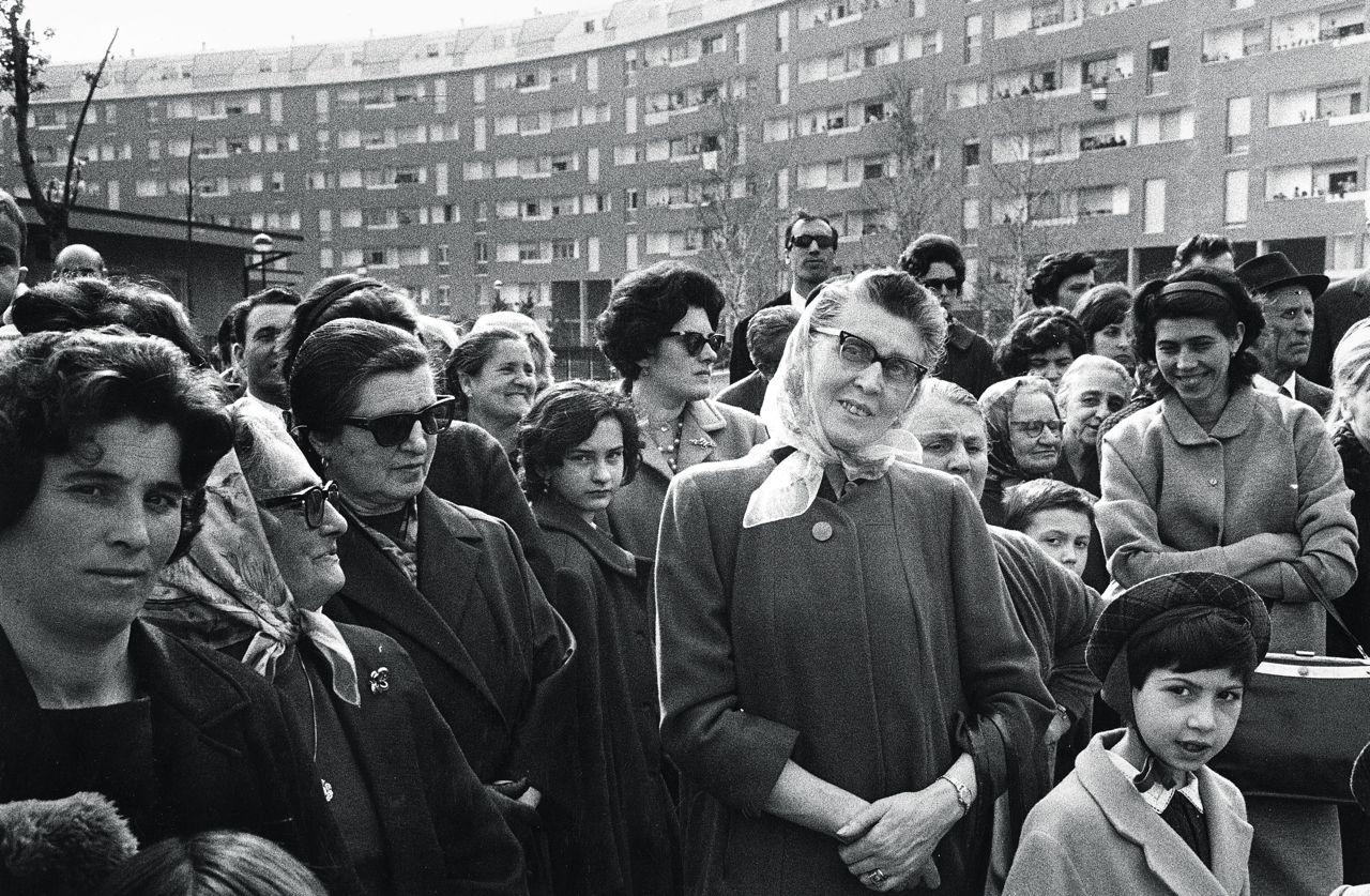 Milano Barona quartiere Sant'Ambrogio. Aprile 1966, inaugurazione del complesso di edilizia residenziale popolare. Foto di Ernesto Fantozzi. Fonte : web del Corriere della Sera Milano.