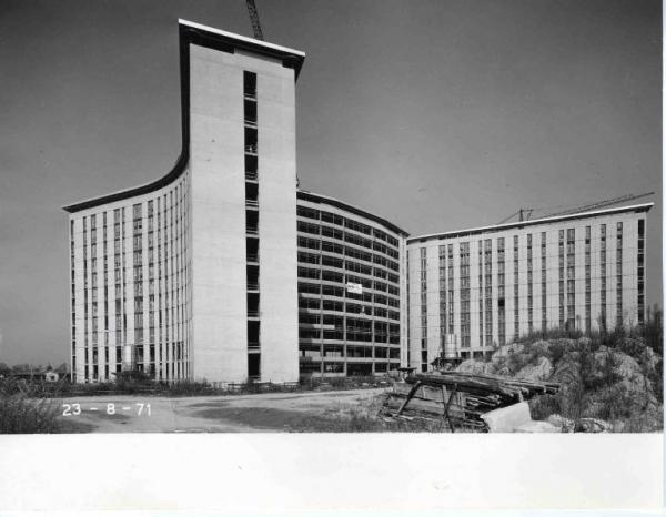 Milano Barona 1971. Costruendo Ospedale San Paolo, fotografato dalla futura via Rudini.