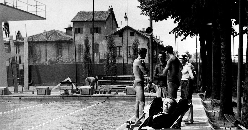Milano Barona San Cristoforo 1959. Piscina all'aperto dei centri sportivi Canotteri Milano