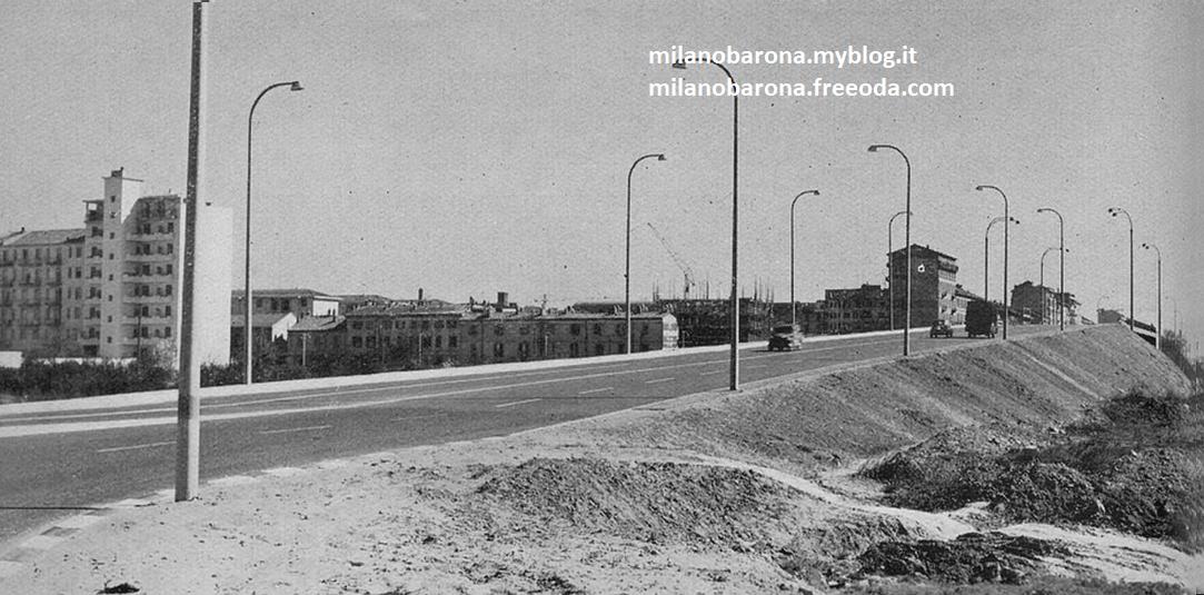 Milano 1960-62 circa. Barona, il vecchio Cavalcavia Giovanni Schiavoni, ripreso dal controviale a ridosso di Piazza Maggi, verso l'Alzaia Naviglio Pavese. (flickr.com)