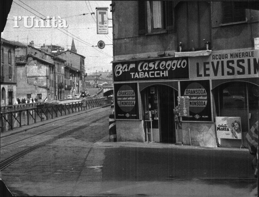 Milano Ticinese anni 60. Ripa di Porta Ticinese angolo via Argelati (da Milàn l'era inscì)