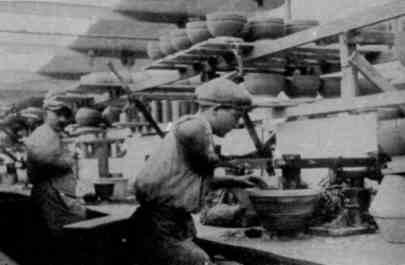 Operai Richard Ginori primissi decenni del '900. Il lavoro e la manodopera si estendeva, in quel periodo, anche verso una popolazione pre adolescenziale o adolescenziale, a partire dai 12 anni circa.