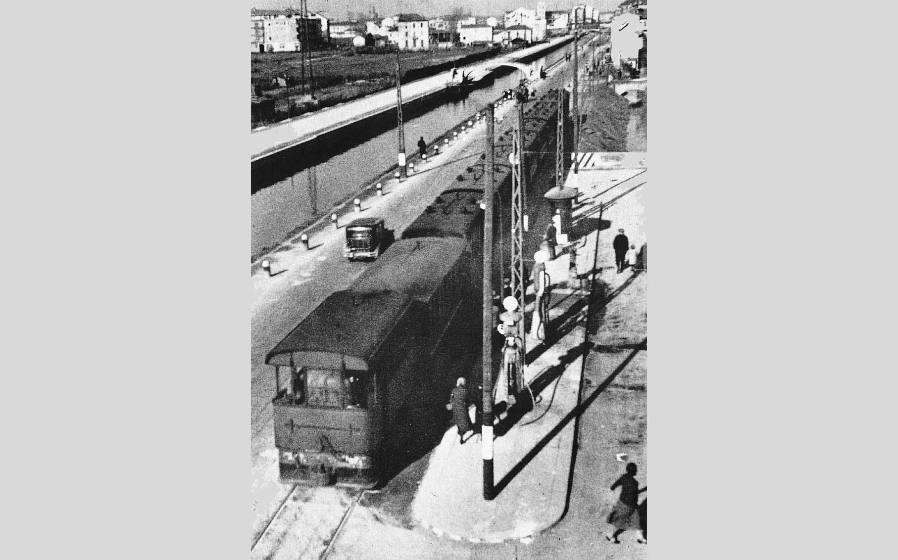 Capolinea del Gamba de legn per Pavia. Piazza Carrara Naviglio Pavese, anni '30
