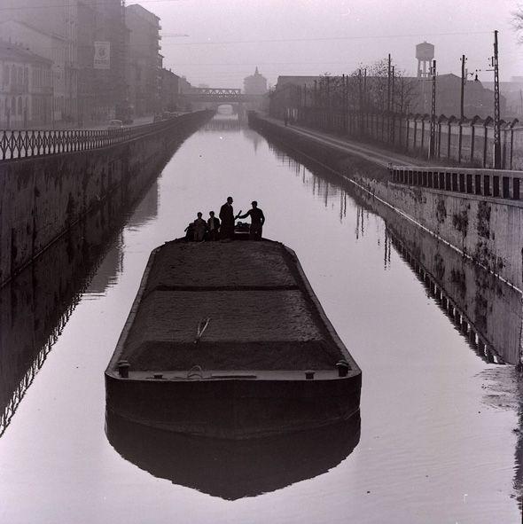 Milano Ticinese Porta Genova. Ponte di Via Valenza, barcone sul Naviglio Grande diretto verso la Darsena-1975 (Paolo Monti).