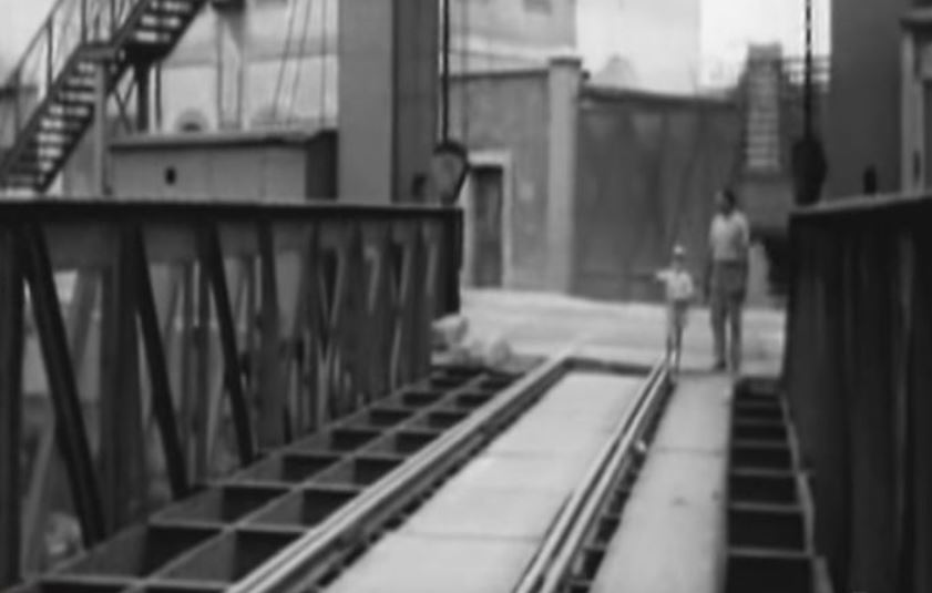 Milano Barona 1960 circa. Ponte Levatoio-ferroviario di Viale Richard a ridosso dello Scalo ferroviario di San Crisfoforo. L'immagine, dal suo archivio originale non riporta la data dell'immagine, presumibilmente scattata nel dopoguerra, tra gli anni '50 e primissini '60. (Fonte fotografica Pineterest.it)