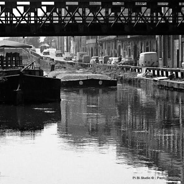 Ponte Via Paoli e Casale lungo la Ripa di Porta Ticinese Naviglio Grande 1972 (Pi Bi Studio Paolo Bologna)