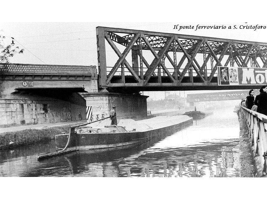Primi anni '50, Via Lodovico il Moro, barconi che transitano sotto il ponte ferroviario di San Cristoforo (da Milanocittàdacque.it)