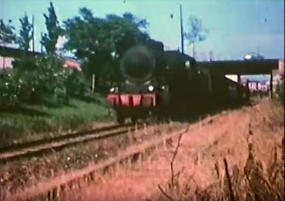 Barona 1962. Treno non elettrificato, con locomotiva della Milano Mortara (elettrificata verso il 1966). Sullo sfondo la seconda campata del ponte di Viale Cassala-Piazzale delle Milizie.
