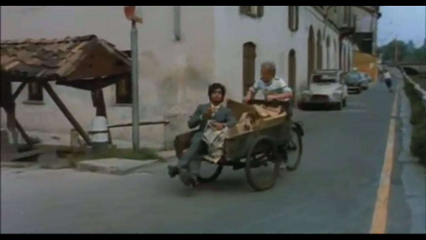 """Fotogramma dal Film """"Sessomatto"""" (Episodio """"Un amore difficile"""" , Milano 1973, Regia Dino Risi, con Giancarlo Giannini e Stefania Sandrelli). Alzaia Naviglio Grande angolo Vicolo Lavandaie."""