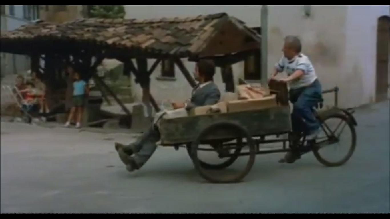 """Fotogramma dal Film """"Sessomatto"""" (Episodio """"Un amore difficile"""" , Milano 1973, Regia Dino Risi, con Giancarlo Giannini e Stefania Sandrelli). Vicolo Lavandai."""