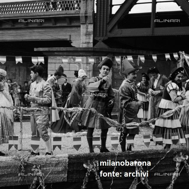 Milano Barona-San Cristoforo, Febbraio 1958. Barconi lungo il Naviglio Grande in sfilata carnevalsca. Autore immagine Fedele Toscani, fonte Archivi Alinari.