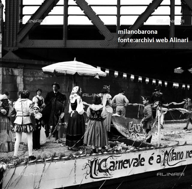 Milano Barona-San Cristoforo nel Febbraio 1958. Barconi in sfilata carnevalesca lungo il Naviglio Grande. Autore immagine Fedele Toscani, fonte: Archivio web Alinari.