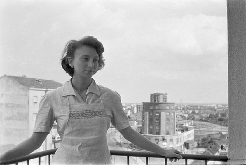 Soggetto femminile, prima metà anni '50, Viale Carlo Troya, angolo Via Savona. Sullo sfondo la ex Torre delle Milizie e il Ponte/Piazzale delle Milizie, la ciminiera della neo Fonderie Vedani e il quartiere Barona, sullo sfondo