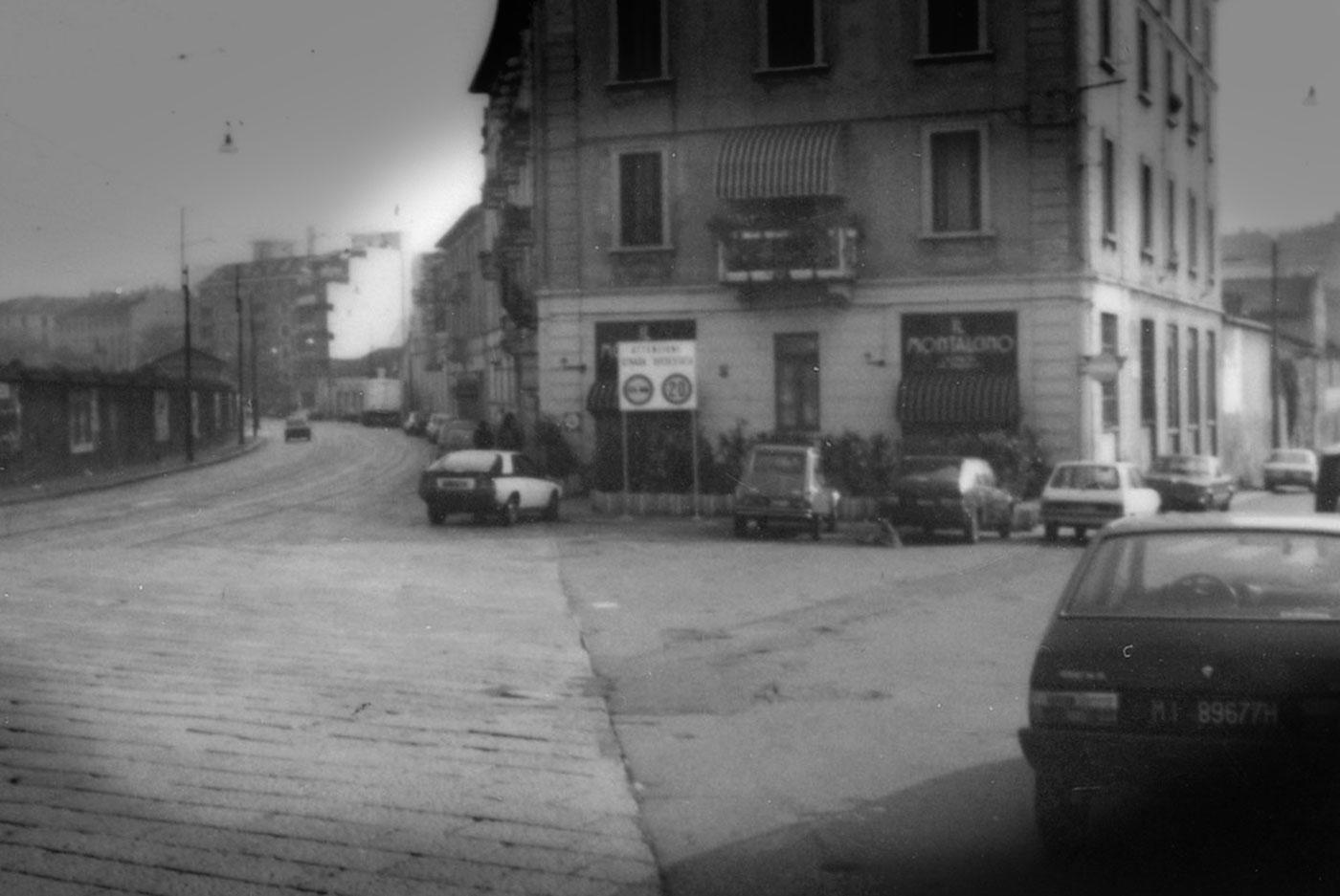 Via Valenza-Alzaia Naviglio Grande Prima metà anni '80 (notare l'assenza del grattacielo di Porta Genova, sorto dopo il 1986 e l'assenza di una pavimentazione falso ottocentesca della Alzaia Naviglio Grande, oggi invece presente e non proprio allineata ai capitolati stradali a cavallo dei secoli XIX e XX. La Milano dei Navigli è oggi un pasticcio urbanistico ed un errore/orrore commerciale della movida notturna fatta di alcolici, droga spacciata lungo le vie e pizze surgelate)