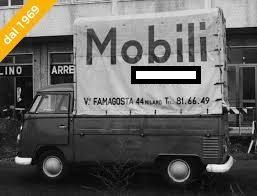 Milano-Barona. Viale Famagosta, nel 1969 (per motivi pubblicitari è stato coperto il logo commerciale di un negozio di arredamenti attualmente esistente in tale ubicazione).