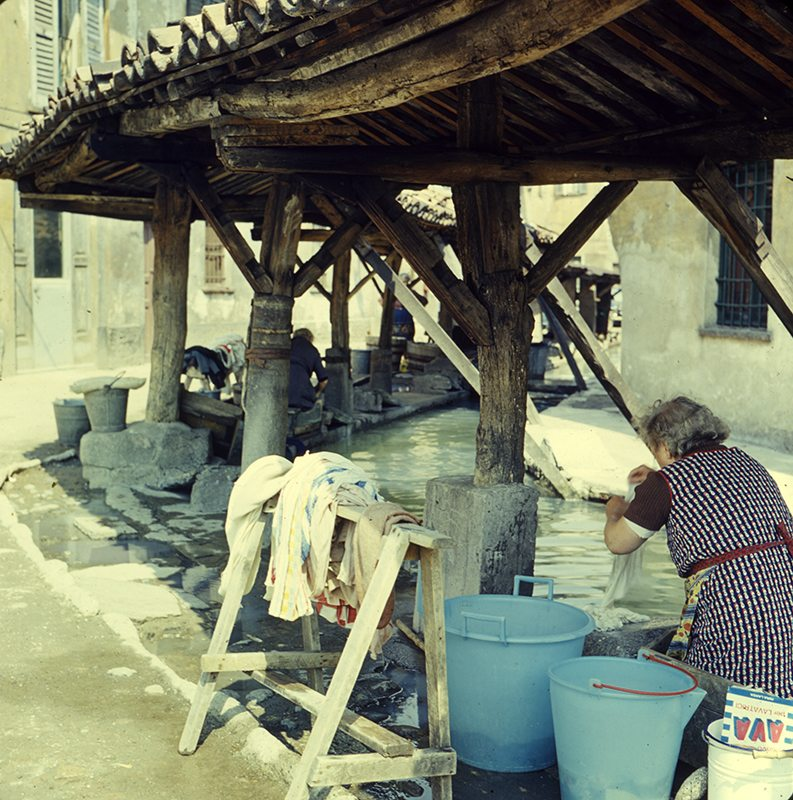 Vicolo Lavandai (e lavandaie) nel 1970. (da Lombardiabeniculturali).