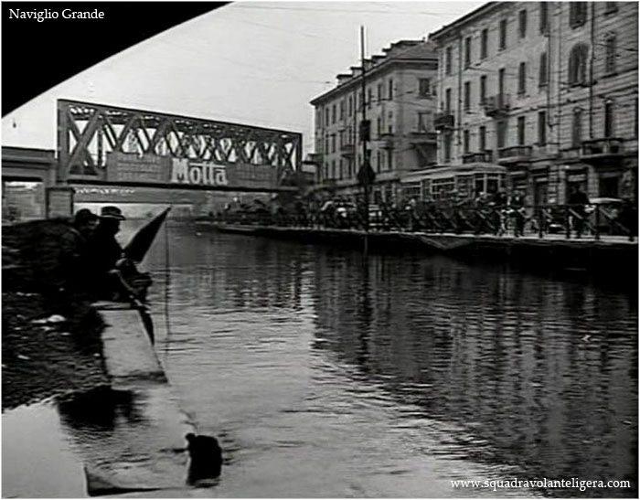 """Milano Barona 1950. Alzaia Naviglio Grande, Via Lodovico il Moro-San Cristoforo, fotogramma del film """"E' arrivato il Cavaliere"""" (da squadravolanteligera.com"""