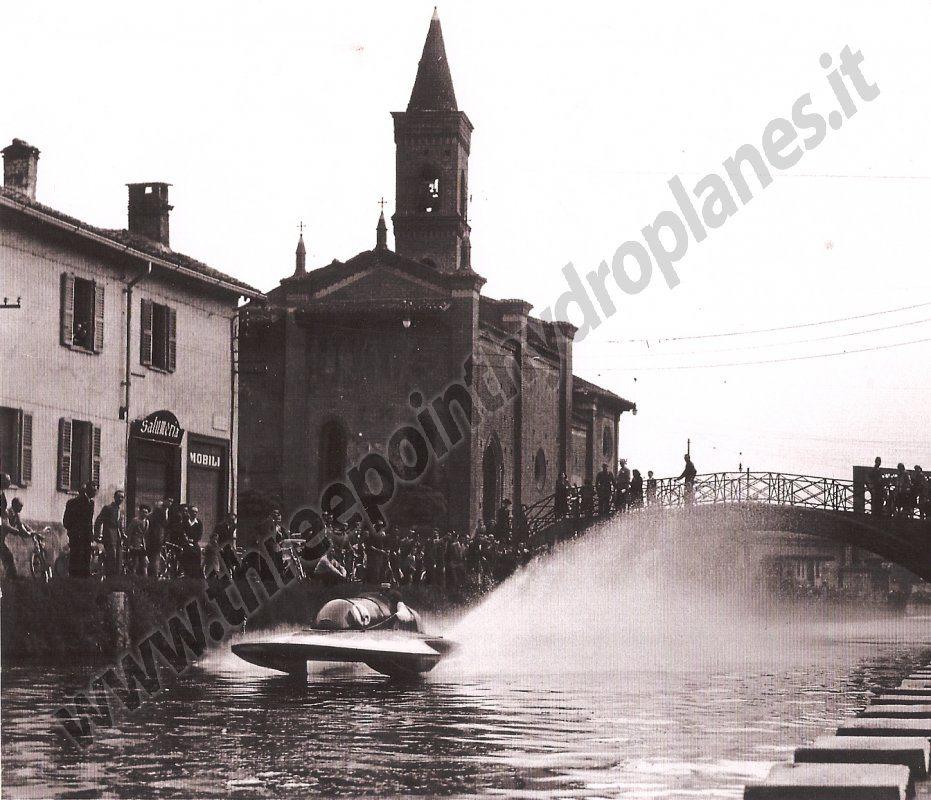 Milano Barona San Cristoforo 1949/50. Gara di motonautica sulle acque del Naviglio Grande. (http://www.threepointhydroplanes.it)