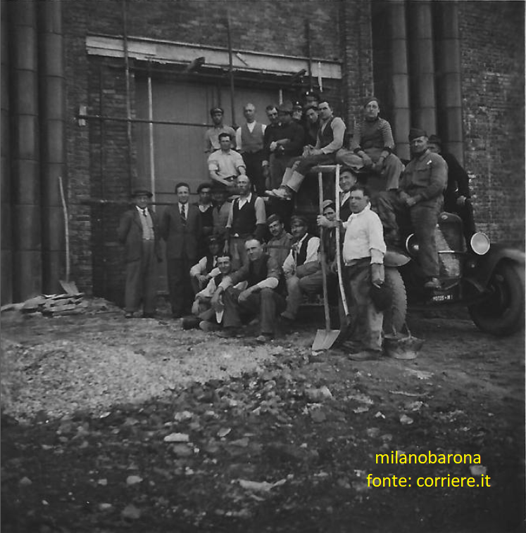 Milano 1948 circa. Barona. Squadra di edili nel cantiere del costruendo Santuario di Santa Rita da Cascia alla Barona.