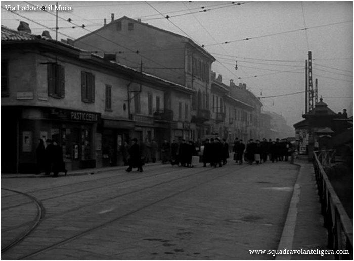 """Milano Barona 1953, fotogramma del film """"napoletani a Milano"""". Via Lodovico il Moro angolo Via Pestalozzi."""