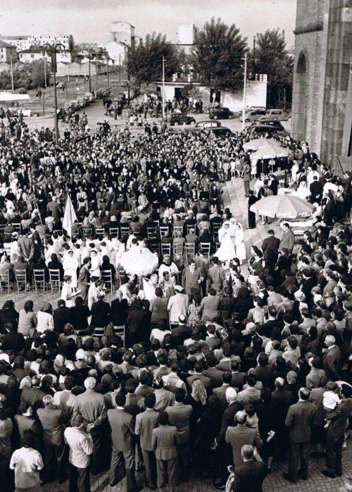 1955 circa, Festa di S. Rita da Cascia. Ora la Via Ettore Ponti si presenta ampliata e con gli alberelli del controviale appena piantati. Sullo sfondo i alcuni condomini di Via Ambrogio Binda appena ultimati.