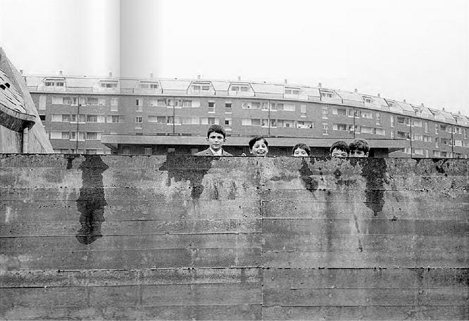 """Barona-Quartiere Sant'Ambrogio 1968 circa. Bambini che giocano sul muro di cinta della Parrocchia (appena ultimata, nell'anno 1968) San Giovanni Bono. (fonte web laboratorioimmagine, slide motion libro """"Milano Periferia"""".)"""