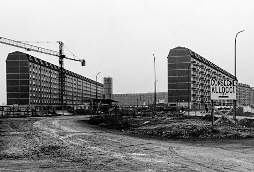 """Barona, 1971 circa. Ultimazione cantiere lotto residenza popolare """"Sant'Ambrogio 2"""". (fonte web: Circolo fotografico milanese)"""