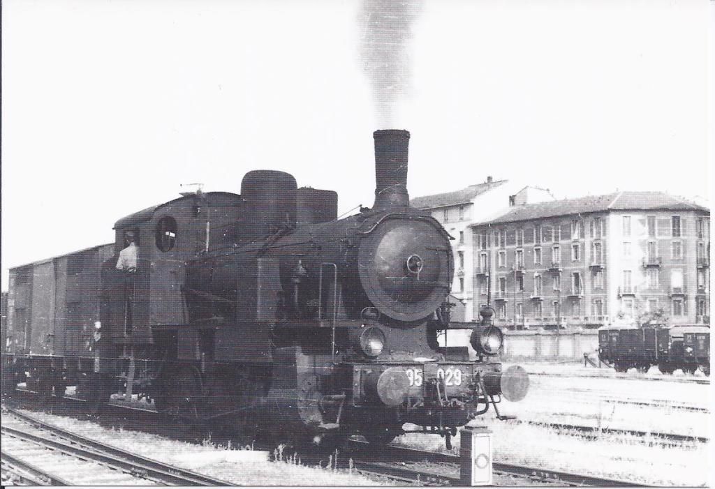 Scalo della stazione di Porta Genova, all'altezza dell'incrocio Via Lombardini, Ripa di Porta Ticinese. Siamo a cavallo tra gli anni '50 e '60. Si nota la presenza di una locomotiva a vapore (nel periodo ancora in uso anche in scali elettroficati). La linea Milano Mortara venne elettrificata solo verso il 1966.