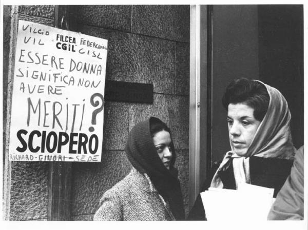 """1970 circa. Stabilimenti Richard Ginori-Barona S.Cristoforo. Sciopero lavoratori della Richard Ginori e presidio di fabbrica. Sono gli anni della contestazione studentesca ma anche della rivendicazione delle classi operaie verso una maggiore qualita' del lavoro svolto, retribuzioni decorose, sicurezza sul lavoro e maggiori diritti e uguaglianza tra sessi. Negli ultimi 25 anni i diritti e le tutele acquisite, in quegli anni, sono stati polverizzati dalle riforme """"Treu"""", """"Maroni-Biagi-Berlusconi"""" e """"Renzi""""...(malgrado questo la competitivita' italiana è al collasso e siamo ultimi in Europa e nel mondo...a dimostrare che non sono """"flessibilità e precarietà"""" le ricette per creare sviluppo, occupazione e impresa). Non ci sono prospettive, a fine Maggio 2018, nemmeno con il pastrocchio del Contratto di Governo M5S -Lega Nord. Flat Tax e ostruzionismo al Reddito di Cittadinanza di Salvini-Berlusconi, assenza di piani industriali e riforma del Mercato del Lavoro nella direzione di contratti stabili aprono scenari futuri di una Italia, Lombardia e Milano, destinate al tracollo-collasso finale ormai irreversibile. Fonte: Lombardia Beni Culturali"""