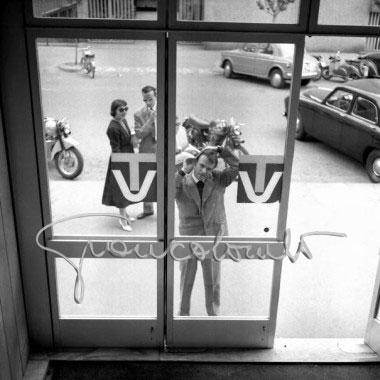 Milano (anni '50) sede RAI di Corso Sempione con Giorgio Albertazzi intento a pettinarsi davanti alla vetrata dell'ingresso del Palazzo della RAI. Autore Gian Battista Colombo, fonte web giancolombo.net.