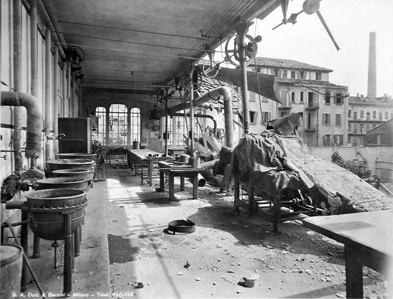 Milano 1943, Dergano. Distretto industriale lungo la Via Imbonati semidistrutto dai bombardamenti angloamericani. La ciminiera sullo sfondo dovrebbe appartenere agli stabilimenti farmaceutici Carlo Erba.