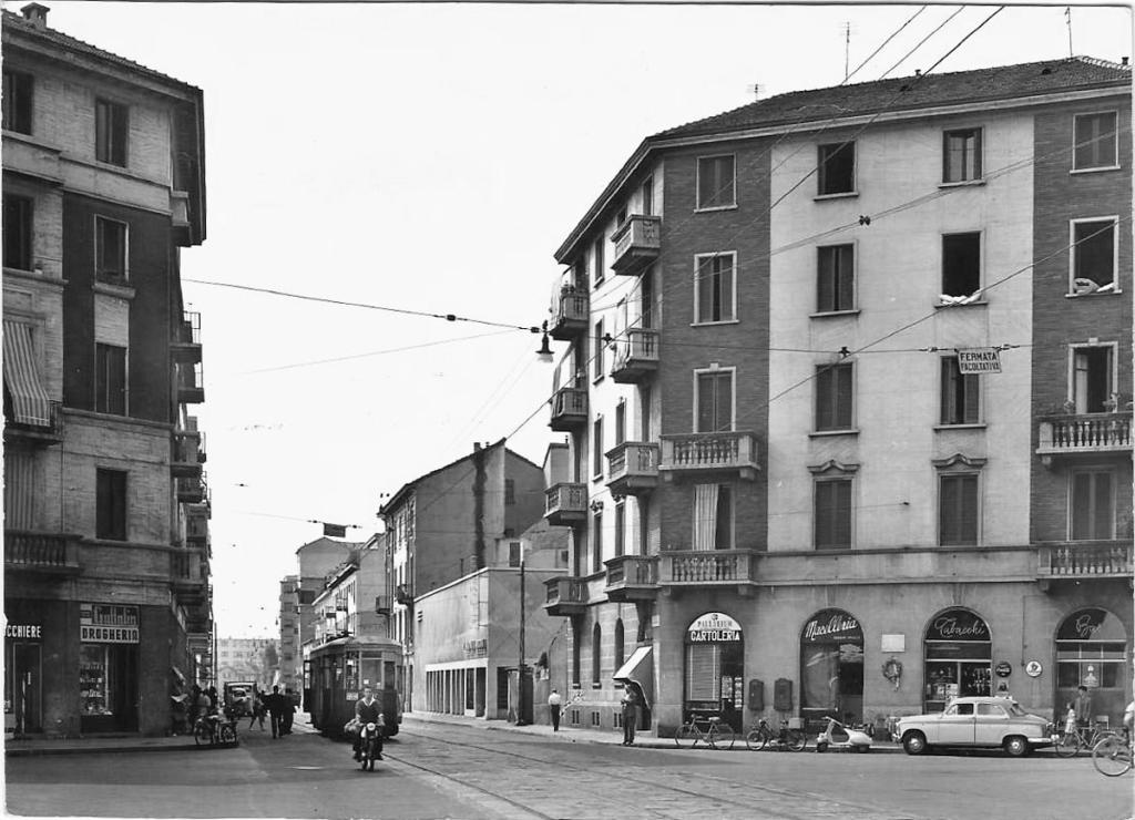 Dall'album Milàn l'era insci e da Giusepperausa.it uno scatto dell'incrocio (fine anni '50) delle Vie Ambrogio Binda, Franco Tosi e Watt. Si scorge il Cinema Europa, soprannominato dai residenti del quartiere il Bomba per la forma sferica di una parte del suo tetto, dove era inizialmente presente il proiettore e gli impianti cinematografici della sala.