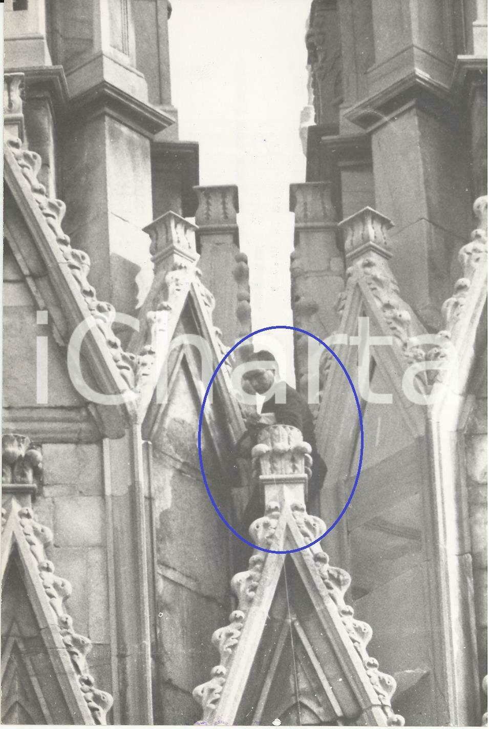 """Cattedrale del Duomo di Milano, 1959. Aspirante suicida in stallo sopra una guglia. Alla fine si """"arrese"""" senza akcun tragico evento..."""