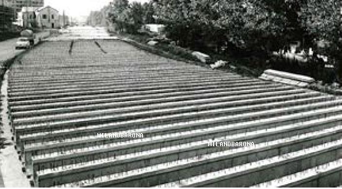 Si propone una seconda immagine della fase di copertura del Lambro Meridionale a ridosso dell'attuale Via San Paolino nel 1963 in zona Barona - Moncucco. In evide za (pur nella scarsa qualità dell'immagine) la Cascina Sant'Ambrogio (il nome è dimostrato nelle mappe Stagniweb di Milano, tra gli anni '30 e '50 del 900 inclusa la mappa Busattii. E' probabile, conoscendo le egopatie del club cricca Milano Sparita Skyscrapercity e la controllata pagina fbook Da Milano alla Barona, che queste immagini, o altre inedite, negate ai comuni mortali, compaiano su tali web, con versioni in contrasto con quelle qui proposte... del resto è noto che a tali soggetti, che preme evidenziare, non hanno alcun titolo di storici, cercheranno di denigrare quanto ricostruito nel merito di queste ummagini, sicuramente modeste nella qualità visiva, ma quasi inedite nella contestualizzazione cronologica del quartiere. La Cascina S. Ambrogio (a Milano ne esiste una seconda omonima ma in altro quaeriere) venne demolita per fare spazio alle aree attrezzate e di servizio previste nel progetto del Lotto Sant'Ambrogio... che forse deve il suo nome... a tale Cascina. Prepariamoci, quindi, a versioni e date in totale contrasto con quanto qui riportato da parte dei soliti noti, molto avidi di fama e redditi da web... poco interessati alla cronologia storica del Quartiere... La fonte è sempre un file pdf scaricato dal sito MMSpa.